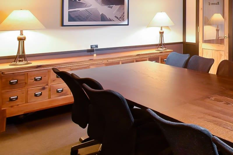 12名様までご利用できるハイグレードな会議室です。 - 新橋コワーキングスペース Basis Point 12名用会議室 (Room C)の室内の写真