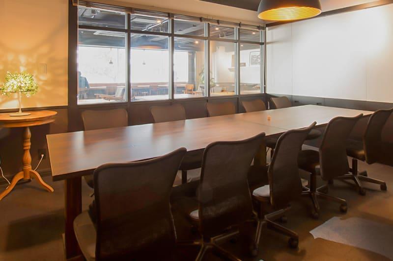ガラス壁はロールカーテンを閉めて、外から見られないようにすることもできます。 - 新橋コワーキングスペース Basis Point 10名用会議室 (Room B)の室内の写真