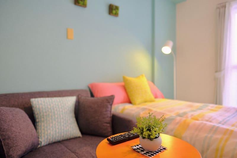 ワークスペースフロリッシュ 床置きソファーでまったり仲間飲みの室内の写真