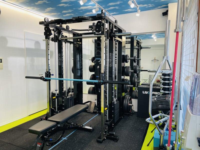 トレーニングスペースです!複合型のマシンなので、これ一台で体全身鍛えることができます。 - ON THE LINEジムの室内の写真