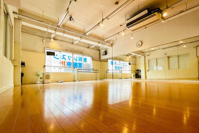 Bスタジオ入り口から撮影 - ドットカラーダンススタジオ Bスタジオの室内の写真