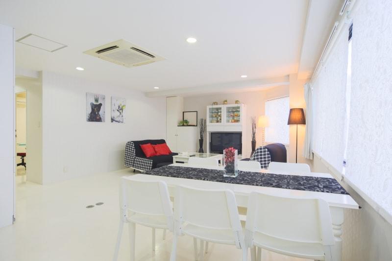 白を基調とした広々としたリビングです。 - 純福家 多目的スペースの室内の写真