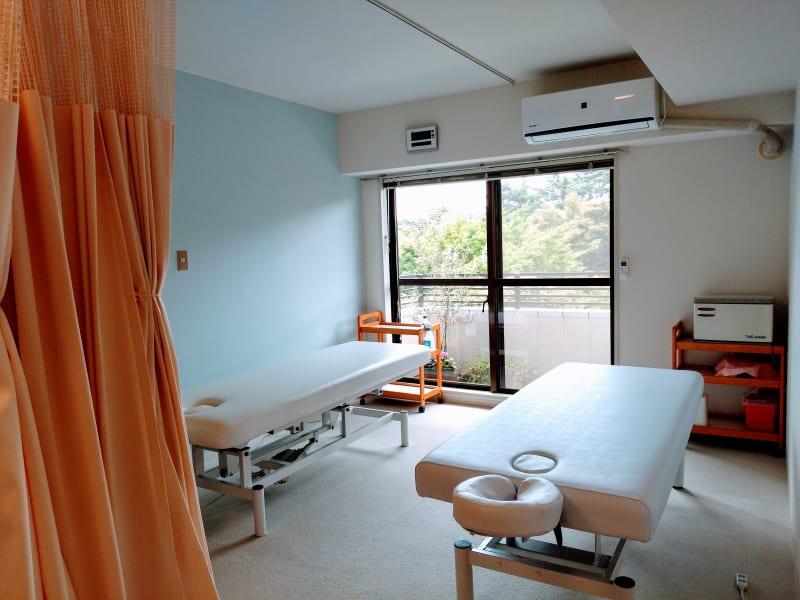電動昇降ベッド・手動昇降ベッドがあります。 - 新宿御苑レンタルサロン サロンスペースの室内の写真
