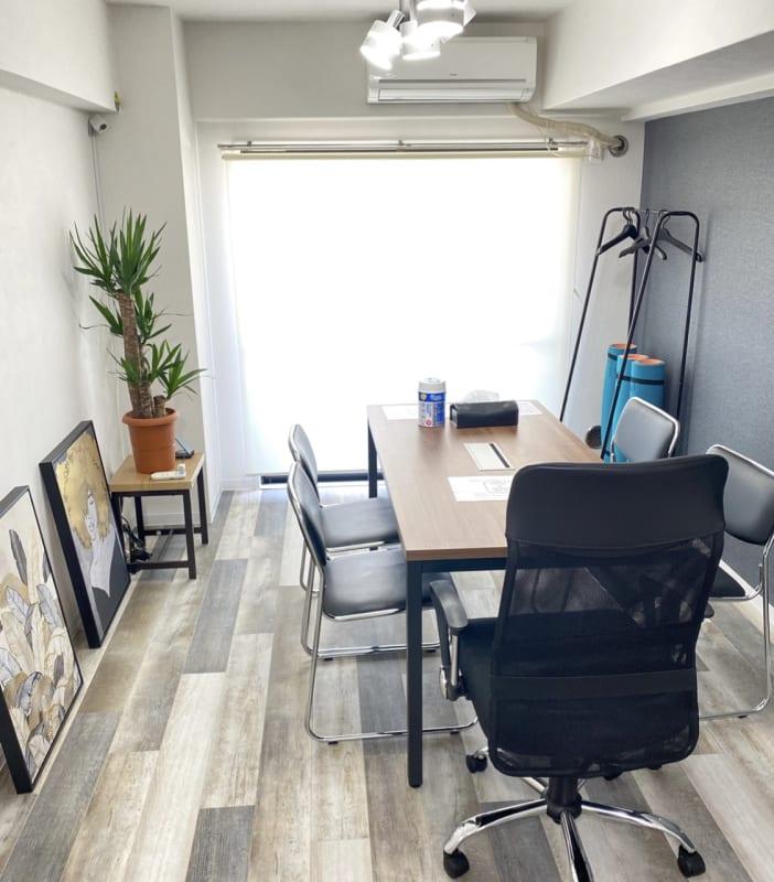 最大5名まで着席可能 - フレックス藤沢鵠沼店 多目的スペース・貸し会議室の室内の写真