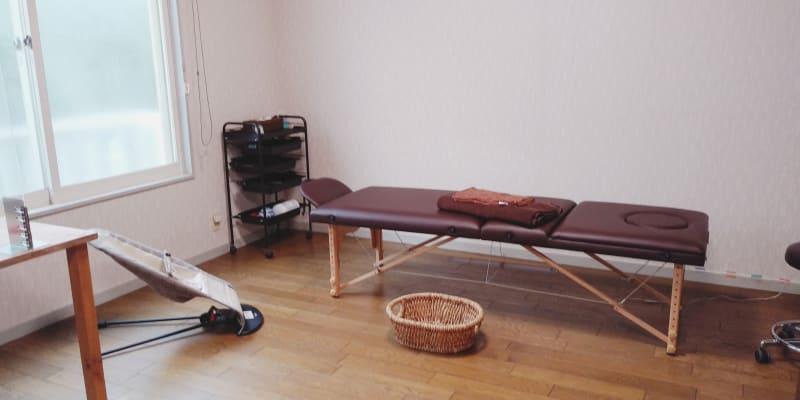 ・施術ベッドの使用目的は施術・セラピーに限定されます 現在紙が緑、ウッドです。 - スペースHANARE サロンスペースの室内の写真