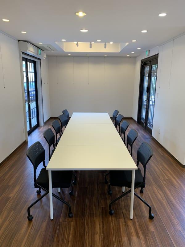 テーブル10台、椅子20脚あり - アートギャラリー チェリー成城 路面レンタルスペースの室内の写真