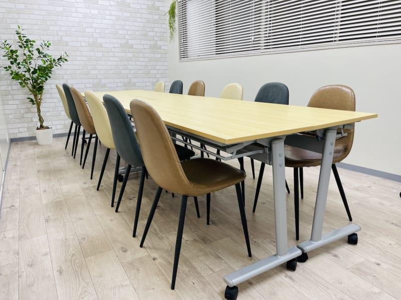 2021年5月27日にリニューアル🎉✨ テーブル及びホワイトボード新調しました。 - 貸会議室 ナチュレ天王寺 会議、撮影、テレワークの室内の写真