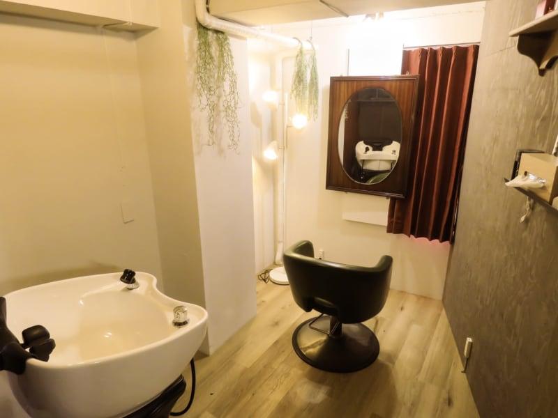 個室にフルフラットシャンプー台完備 - 個室のレンタル美容室 ヘッドスパもできるサロン<F>の室内の写真