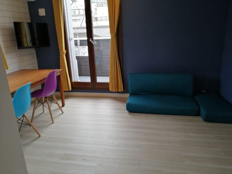 青色の壁と黄色いのカーテンがさわやかな、約10畳の広々空間です。 - Hikario新宿 ワークスペース301の室内の写真