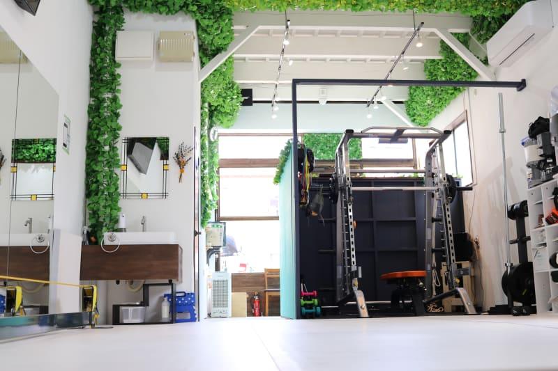 スミスマシンスペースとフリースペースがあります。天井の高さは3.8mあり、とても解放感があります。 - setup鍼灸院 トレーニング・ヨガスペースの室内の写真