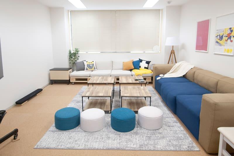 ゆとりのある空間、余裕のあるソファで、ゆったりくつろげます🌝🌼🌞🌟(床は高品質コルクマットなので小さなお子さまも安心してゴロゴロできます。) - FUN HOUR 新宿御苑 パーティールームの室内の写真