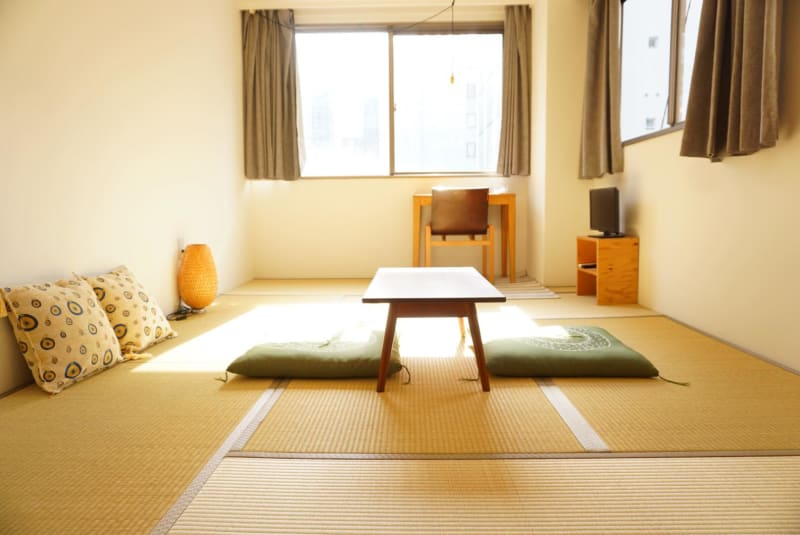 窓が大きく採光の良い明るいお部屋です。 - ビーハイブホステル大阪 長堀橋駅徒歩4分!畳8畳の和室。の室内の写真