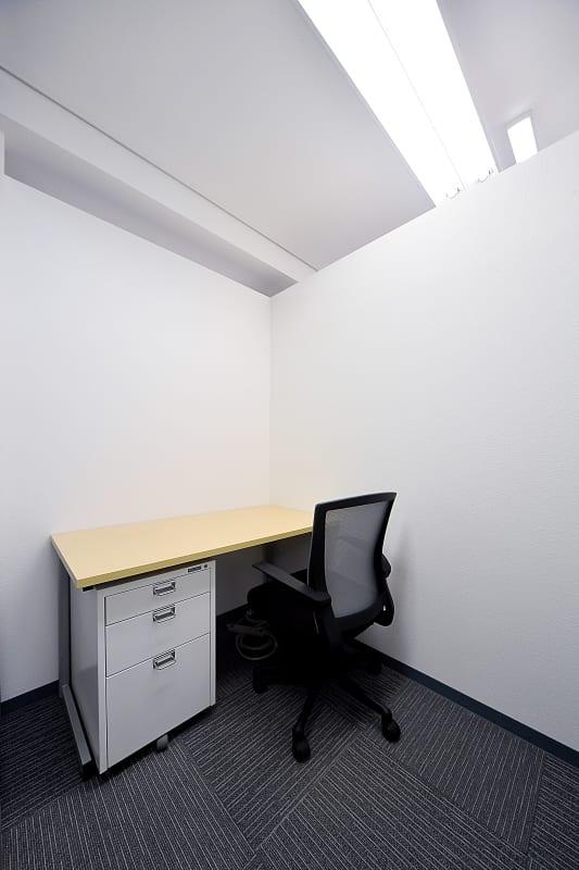白を基調とした壁のお部屋になっております。 - BAレンタルオフィス本町 半個室《1名様用・声出し不可》の室内の写真