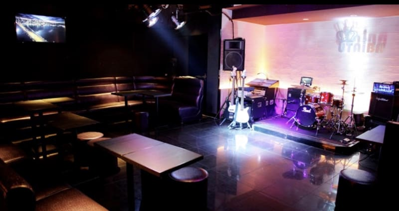 六本木UTAIBA ライブもできるカラオケスペースの室内の写真