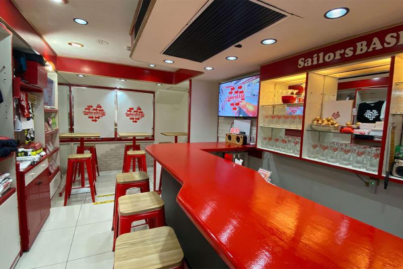 赤いカウンターは5席 - SailorsBASE レンタルスペースの室内の写真