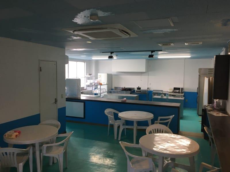 キッチンスペースはかなり広いです。客席はテーブル、ソファがあります。 - シェアキッチンDaidokoro あつまれみんなの台所の室内の写真