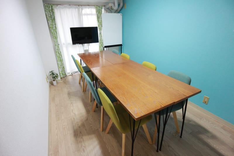 メインのレイアウトです。 8名までのご利用が可能です。 - エニタイムスペース新大阪 【BLUEルーム】格安貸し会議室の室内の写真