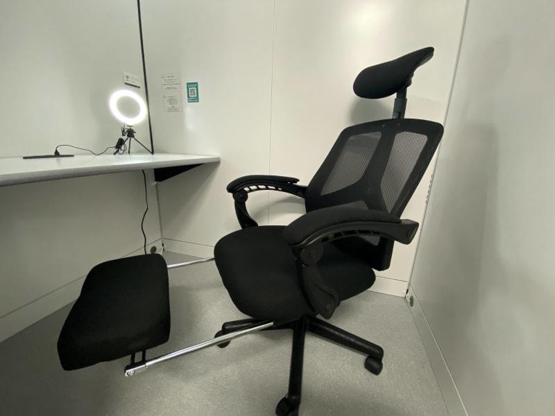 フットレスト付きの椅子で快適にお過ごしいただけます。 - RemoteBOX 神保町店 No.2の室内の写真