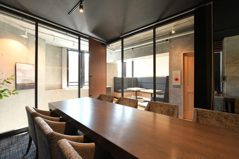 【レンタル会議室内】 ガラスにはブラインドが付いています - NOBORITO ARCH  レンタル会議室の室内の写真