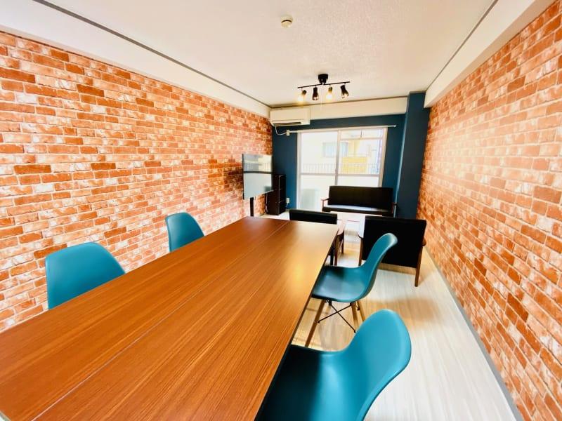 ビジネスやプライベートの会合などご自由にご利用いただけます。 - レンタルスタジオBERRY 天神赤坂店(多目的スペース)の室内の写真