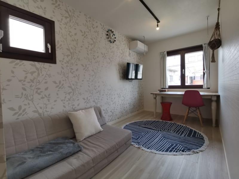 7畳のお部屋です。 テーブルを使い事務作業をした後は、ソファでくつろぐという時間をすごすのも良いですね。 - Hikario新宿 ワークスペース201の室内の写真