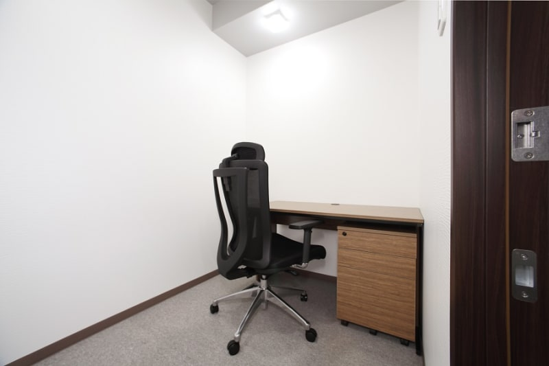 オンライン会議での利用も可!もちろんデスクワークや勉強にもご利用いただけます。 - ビステーション新横浜 個室ドロップイン5の室内の写真