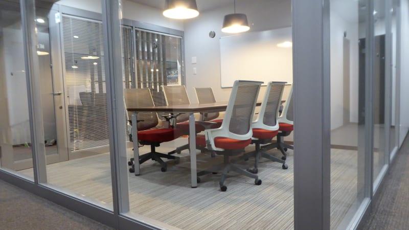 6名まで着席可能なミーティングルーム - ビステーション新横浜 ミーティングルームの室内の写真