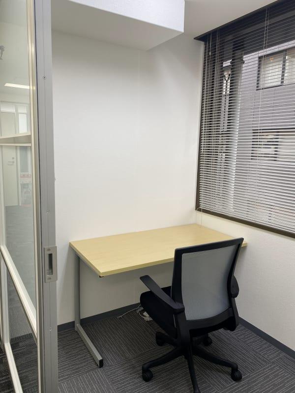 窓付きなので、圧迫感がなくご利用いただけます。  - BAレンタルオフィス本町 完全個室《1名様用》2の室内の写真