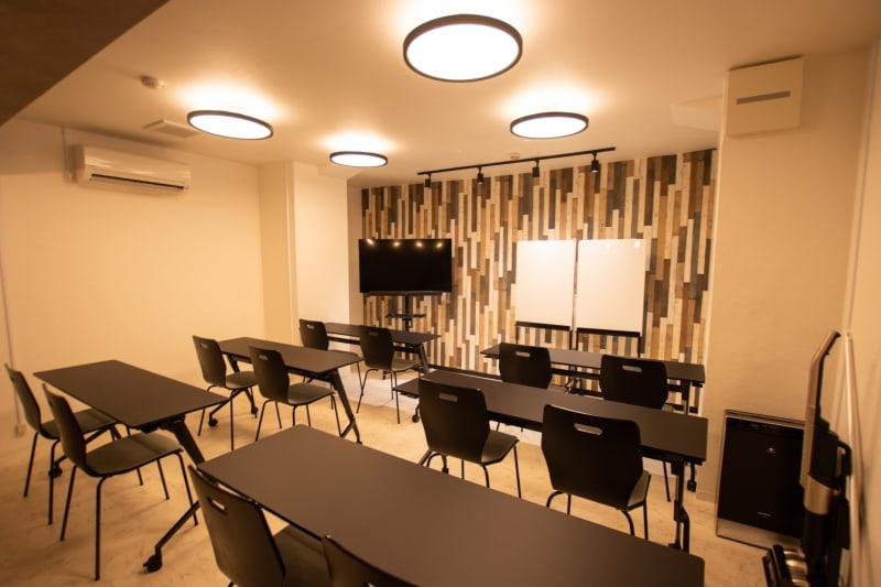 【2021年6月完成】 黒を基調とした落ち着いた雰囲気の会議室です。 16名まで着席いただけます。 - CaReealize会議室 CaReealize京橋会議室の室内の写真