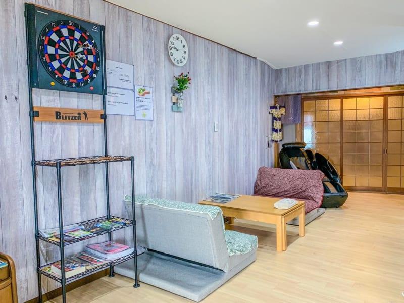 100平米以上の2階建て戸建を完全貸し切り可能。 キッチンも利用可能。マッサージチェアやダーツもご用意しております。 - 和彩家 一棟貸し切り 備品利用完全無料の室内の写真