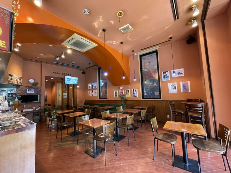 フラットなフロアなのでテーブル、いすなど自由にカスタマイズ可能です。 - caféGLOBE 貸切フロア、レンタルキッチンの室内の写真