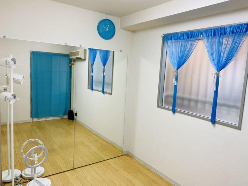 THRUSH(つぐみ)が飛ぶ空をイメージして、水色のインテリアで統一しました。 - THRUSH駒川 大きな鏡のある個人練習用スタジオの室内の写真