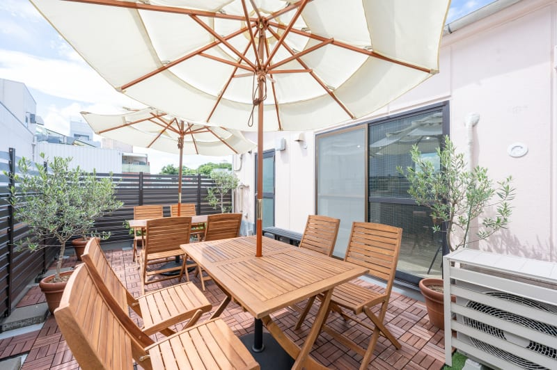 風の通る、気持ちのいいテラス席 - BILLY's CAFE カフェ貸切の室内の写真