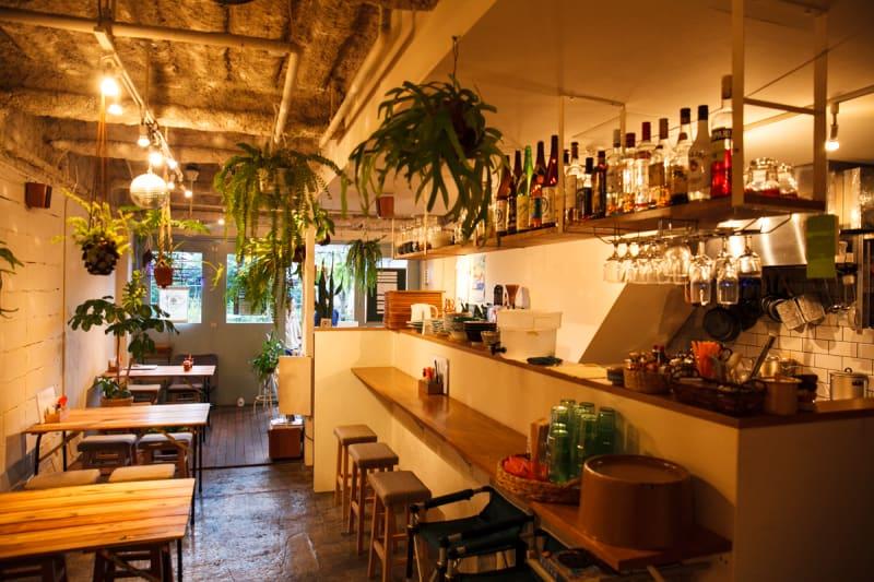 平常の営業時は4人がけテーブル×4台、2人がけテーブル×1台、カウンター×4席というレイアウトになっています。 - バレアリック飲食店 飲食店貸切の室内の写真