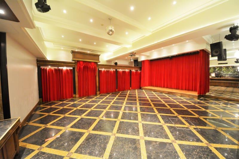120m²のフロアです。ステージ、電動カーテンなど劇場型空間で、さらに音響・照明設備、プロジェクター&スクリーンも完備しております。  - SuNaBa 多目的レンタルスペースの室内の写真