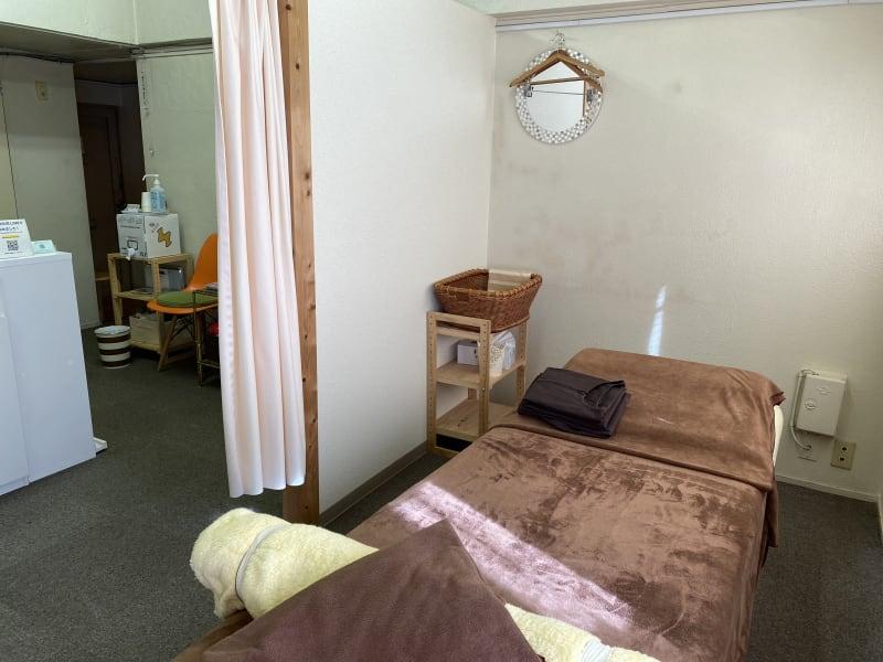 入ってすぐの 穴開きベッドです。 - ハチドリシェアサロン レンタルサロンスペースの室内の写真