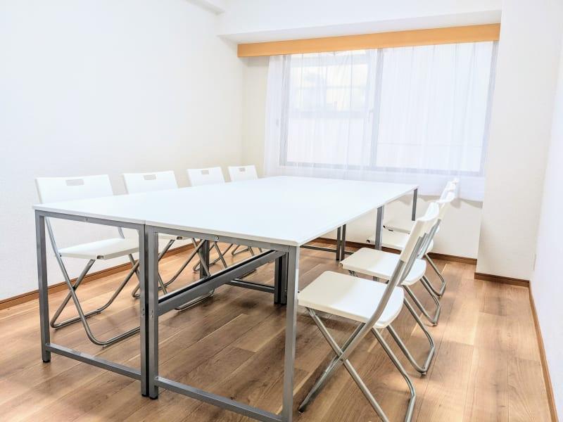 机をくっつけて囲む形で着座するレイアウトにすると最大10名が使用可能 - リルワークス新大阪 【新大阪】貸し会議室の室内の写真