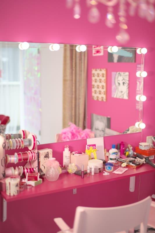 ヘアメイクも可能な大きな鏡のある ピンクのメイクスペース - Pinky Room ピンクのフォトスタジオの室内の写真