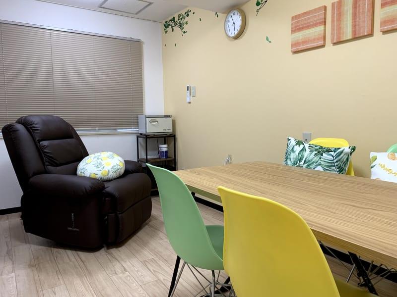 施術のできるリクライニングチェアと小さなミーティングスペースのあるお部屋です。 - まちの会議室★東中野 リクライニングチェア★シトラスの室内の写真