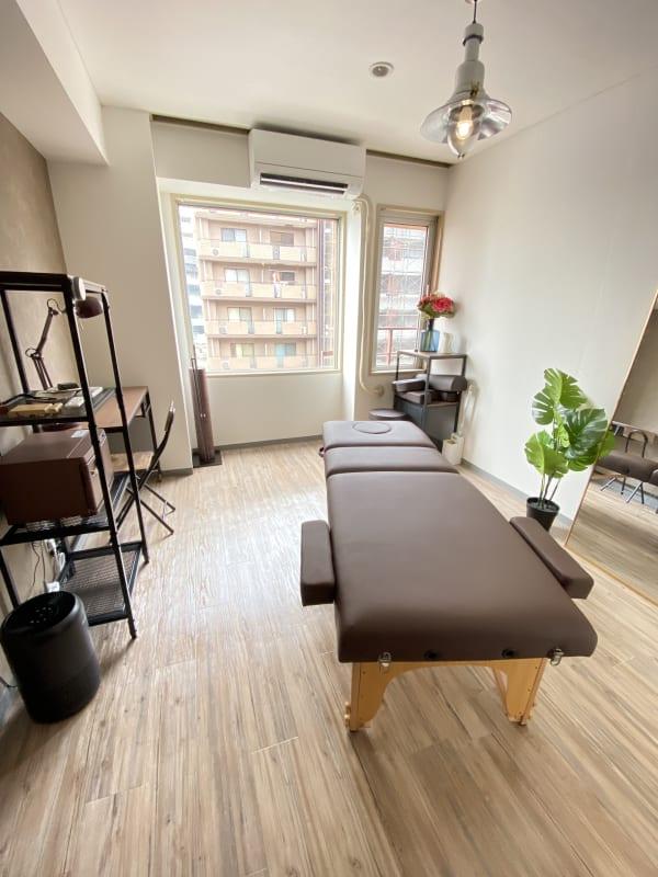 ブラウンを基調とした清潔感あふれる部屋です♪ (レンタルサロンゆたかROOM2 整体、各種マッサージ、エステティック、ヒーリング、鍼灸、マツエク、セラピー、着付け)  - 横浜レンタルサロンゆたかルーム2 レンタルサロンゆたかROOM2の室内の写真