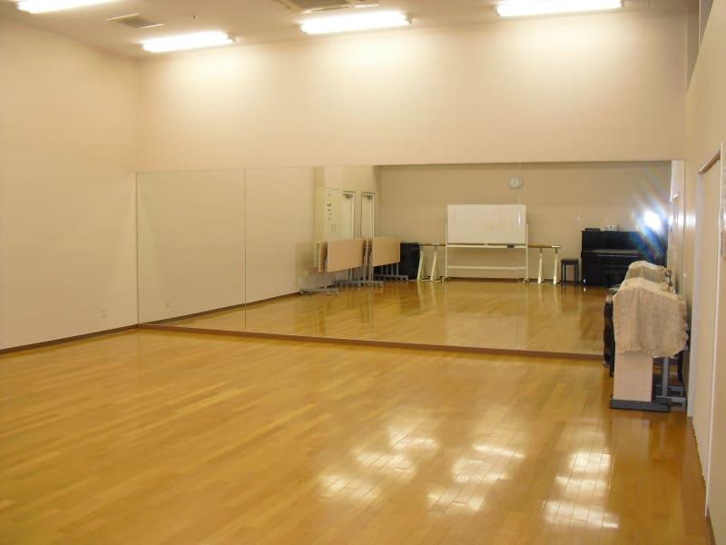 ダン教室に最適教室に最適/PA設備やピアノのあります。会議用に机と椅子の準備もございます。 - 北勢堂ヤマハ音楽教室いなべ 大ホールの室内の写真