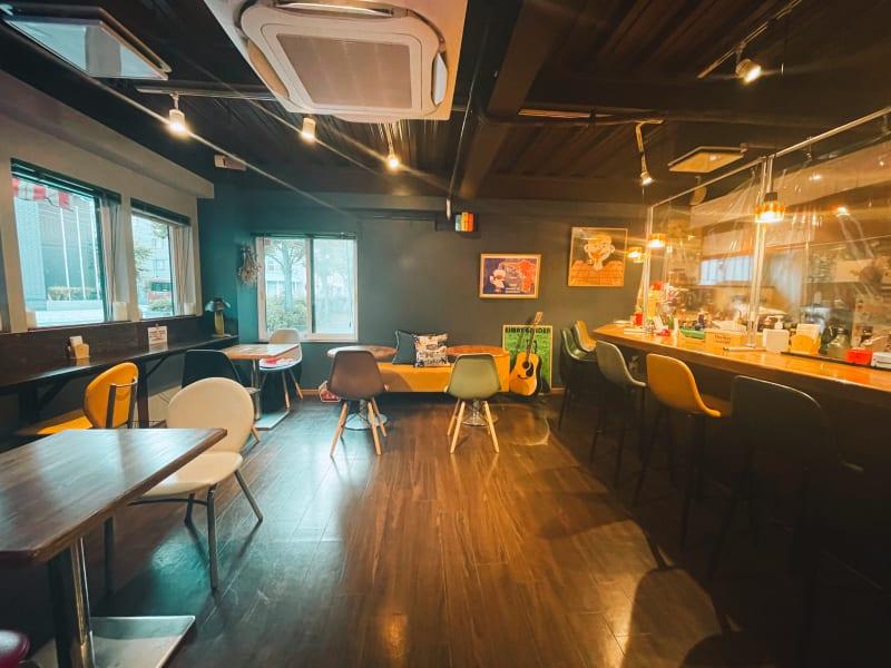 窓が5つあるので換気も良く開放的なスペース。 ギャラリーを見ながらゆっくりカフェで寛げます♪ - gallery EMONS ギャラリー、個展、ライブの室内の写真