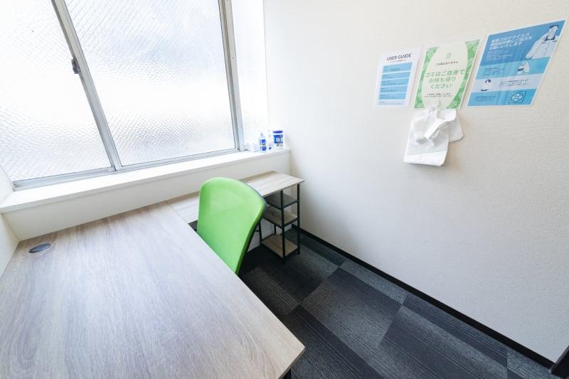 大きなL字型のオフィステーブルと、オフィスチェア - テレワークスペース個室 新橋 テレスペ新橋の室内の写真