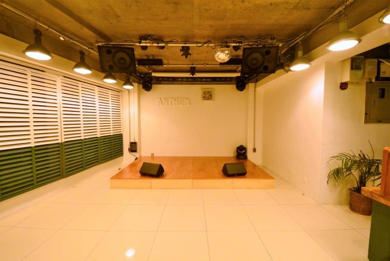 京王井の頭線渋谷駅から徒歩1分、フロア面積40m²のステージ付き会場です。音響・照明設備も整っており、イベント・撮影など多様にご利用頂けます。 - 【ANTHEM】イベント・撮影 撮影・配信に アクリル板有の室内の写真
