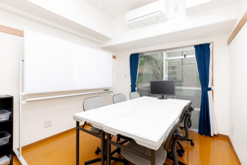 デフォルトは対面式の配置になっています。 - YK会議室吉祥寺 YK会議室吉祥寺303の室内の写真