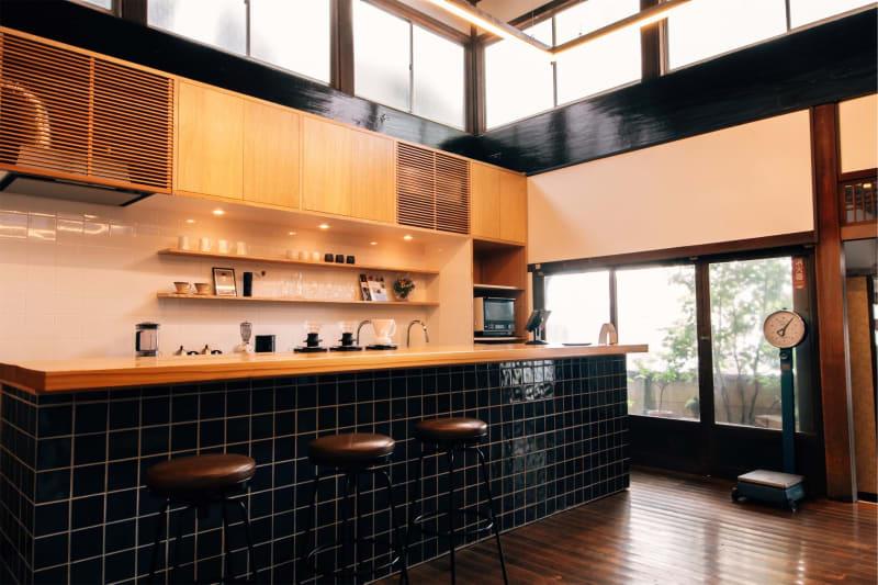 カフェ側(脱衣所側) - レボン快哉湯 築90年元銭湯のレンタルスペースの室内の写真