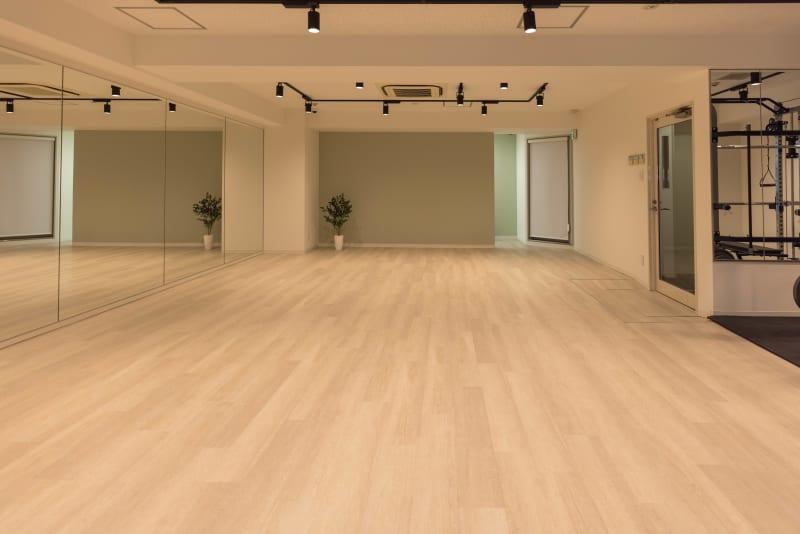 幅6.5m 高さ2.5mの大型鏡を前に8.5m x 5mのダンススペース - ATHLETE Studio レンタルスタジオの室内の写真