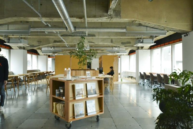 BOILwork 大きな窓や高い天井、植栽があり、開放的なコワーキングスペースです。1席1席もゆったりとしています。 - BOIL workの室内の写真