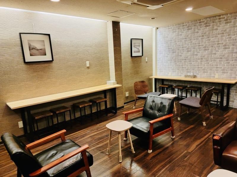 ソファ席でゆっくりくつろいだり、壁際の席でお仕事や作業、読書に集中しただけます。 - コワーキングスペースCANVAS レンタルスペースの室内の写真