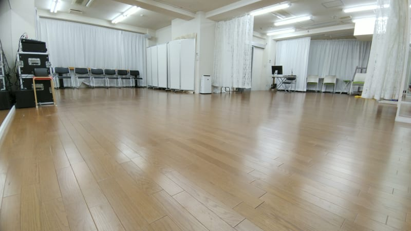 L字型のスタジオで音響・鏡(カーテン付)・更衣室2室を完備 - Luna6Fun(ルナ・ファン) レンタルスタジオ&スペースの室内の写真